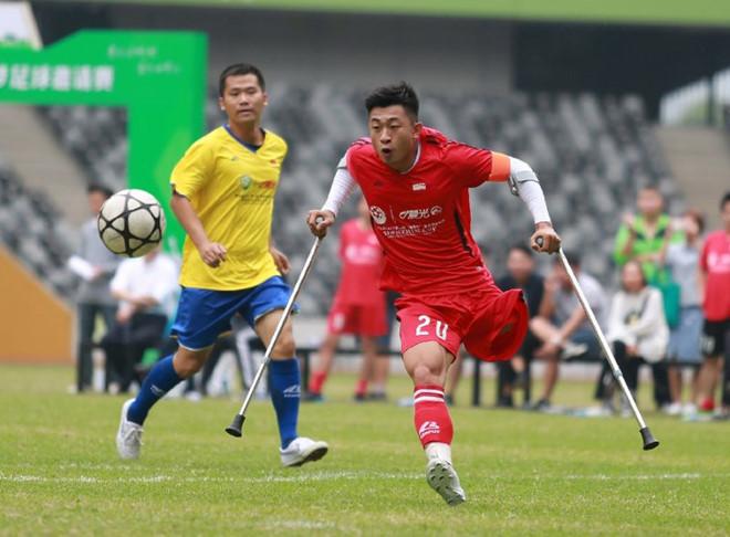 Từ chàng trai cụt chân đến cầu thủ bóng đá tại Trung Quốc