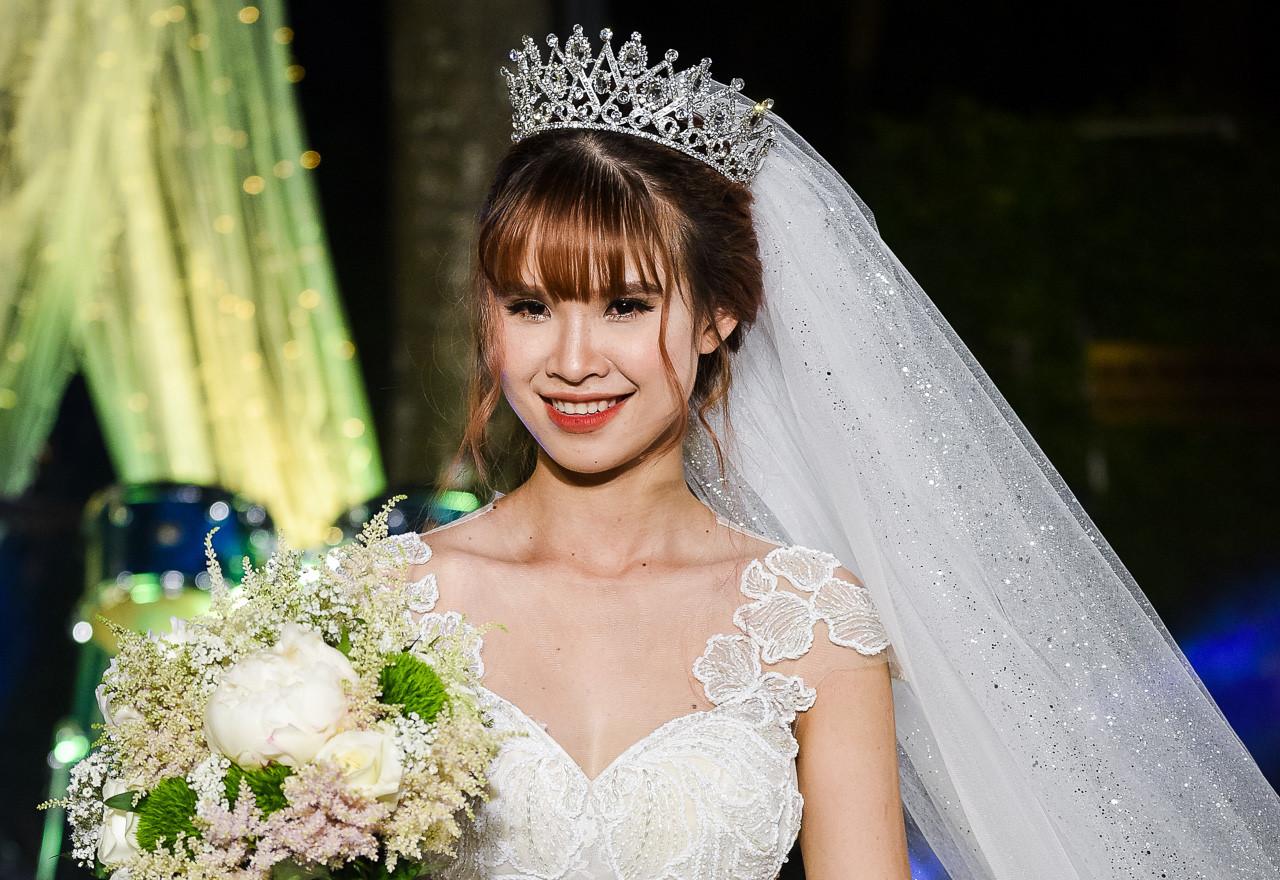 Khởi My lộng lẫy trong bộ váy cưới đính hàng nghìn viên pha lê