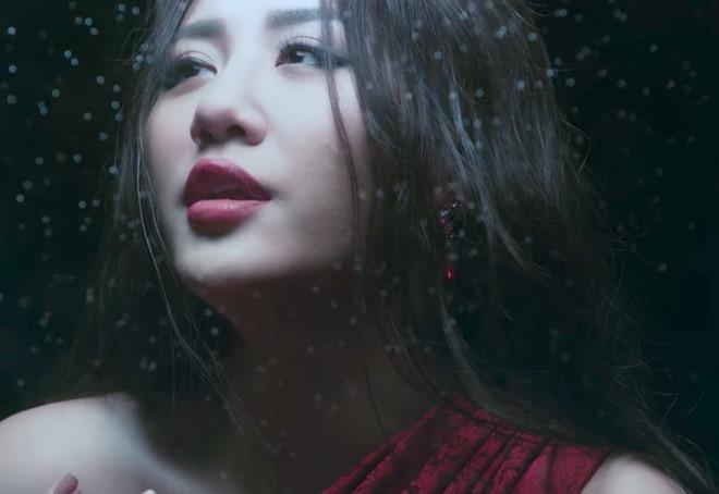 """MV vừa ra mắt của Văn Mai Hương bị fan Chi Pu """"dislike"""", tố dựa hơi"""