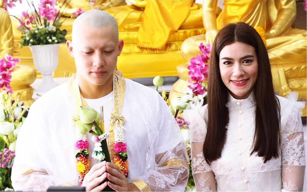 Bạn gái và hàng nghìn người dự lễ tu hành của tài tử Thái Lan