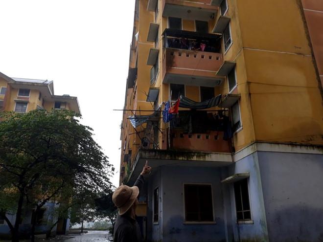 Bé gái rơi từ cửa sổ tầng 3 chung cư, trên tay vẫn nắm chặt búp bê