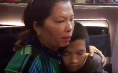 """Người mẹ bật khóc khi """"hiệp sĩ"""" tìm thấy con trai mất tích"""
