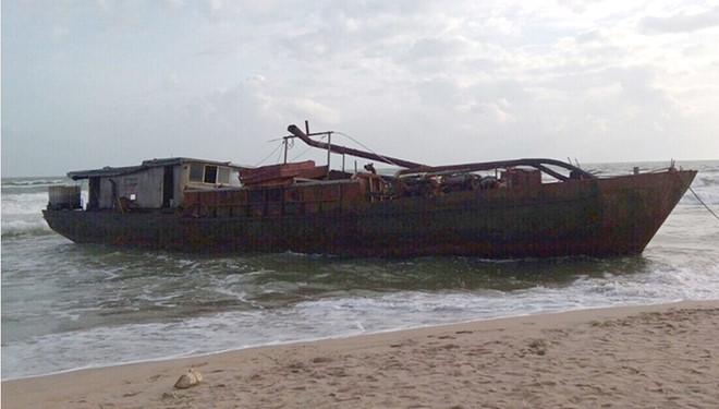 Tàu sắt có chữ Trung Quốc dạt vào bờ biển Quảng Nam