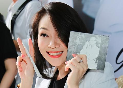 2.000 fan đội nắng ở phố đi bộ Nguyễn Huệ để được Mỹ Tâm ký đĩa