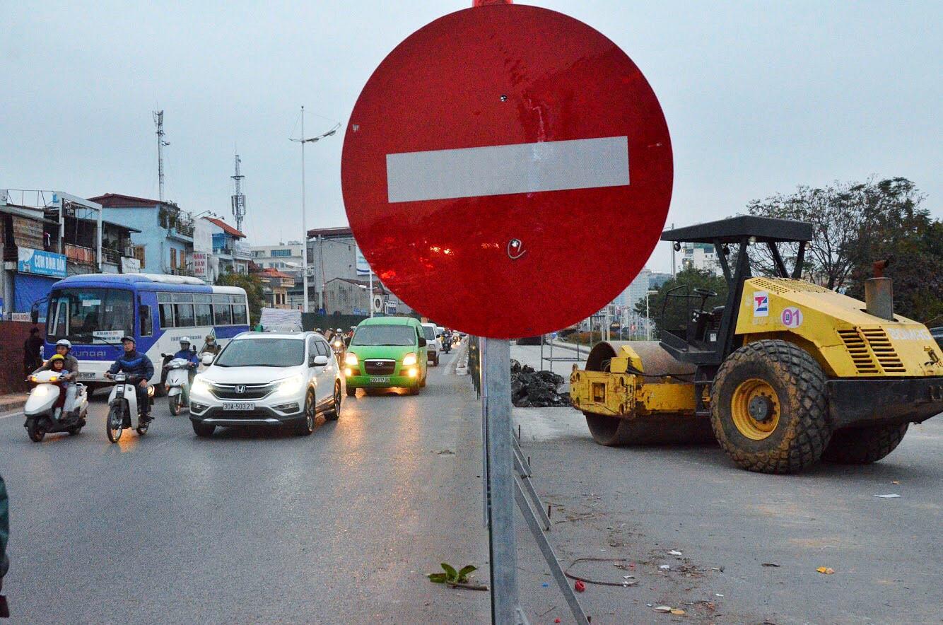 Hàng loạt phương tiện chạy ngược chiều trên phố cấm