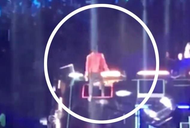 HLV The Voice Mexico ngã xuống hố sân khấu khi đang biểu diễn