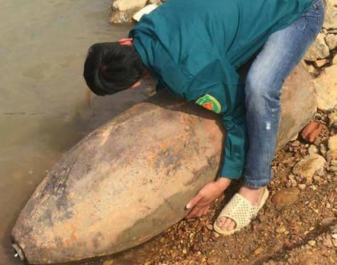 Phát hiện quả bom dài 1,2 m ở sông Lô
