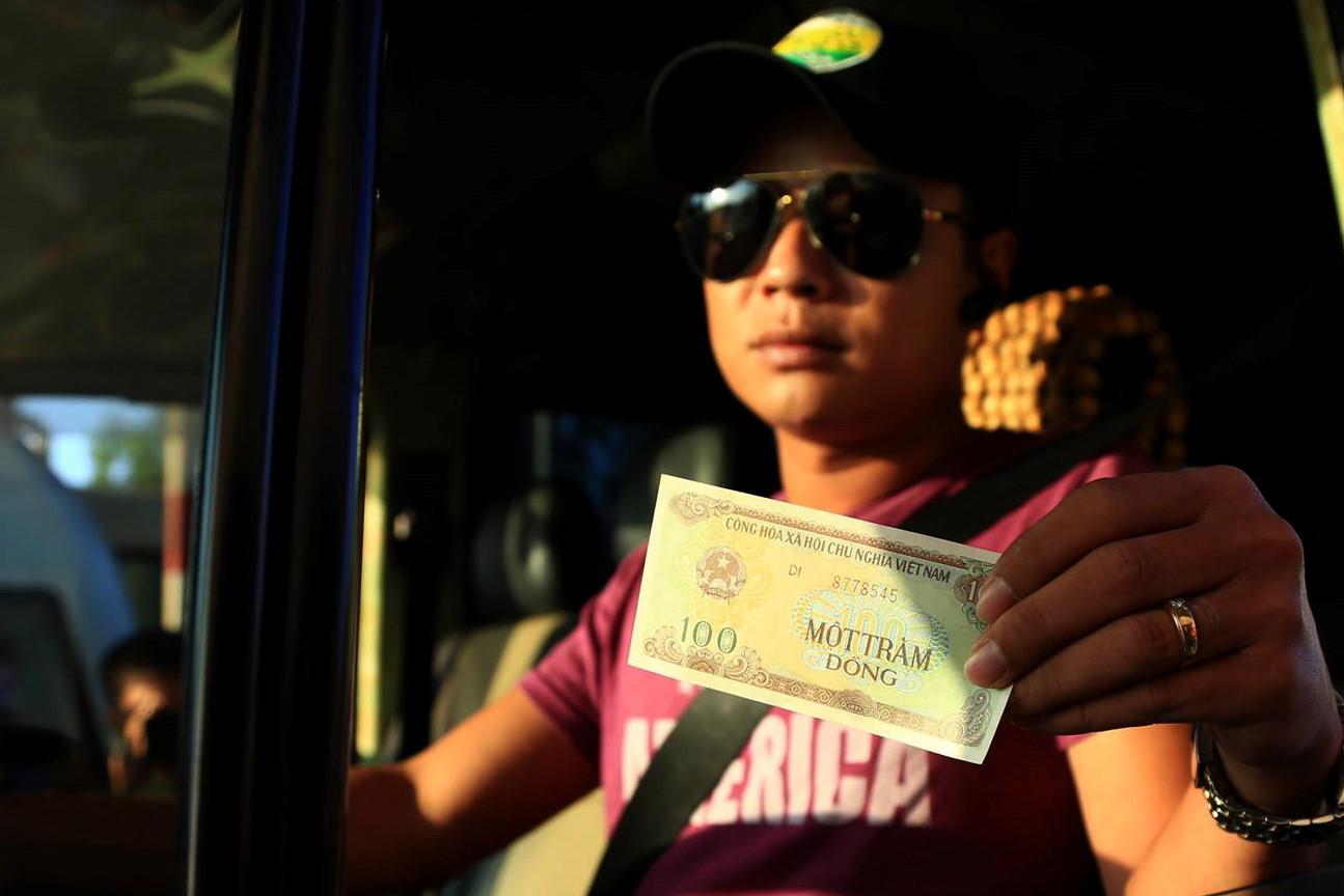 Tài xế trả tiền lẻ, đòi thối đúng 100 đồng ở BOT tuyến tránh Biên Hòa