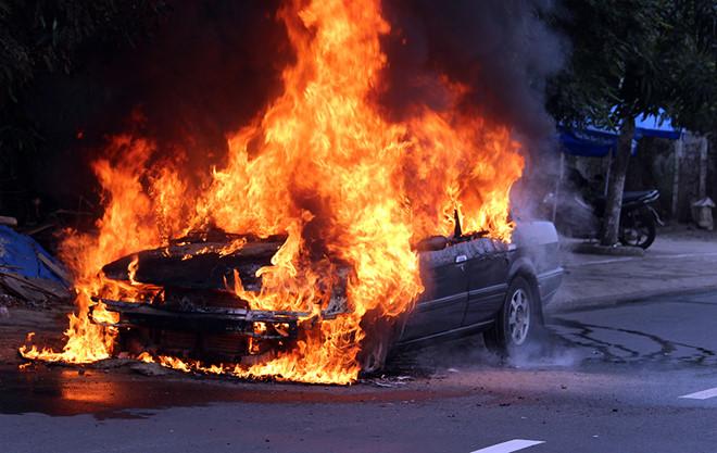 Ô tô 4 chỗ cháy ngùn ngụt khi đang chạy trên đường