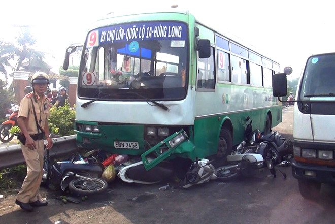 Xe buýt tông hàng loạt xe máy khi đổ dốc cầu Bình Điền