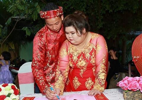 Chăm vợ 120 kg mới cưới: Khi người ta yêu nhau không vì ngoại hình