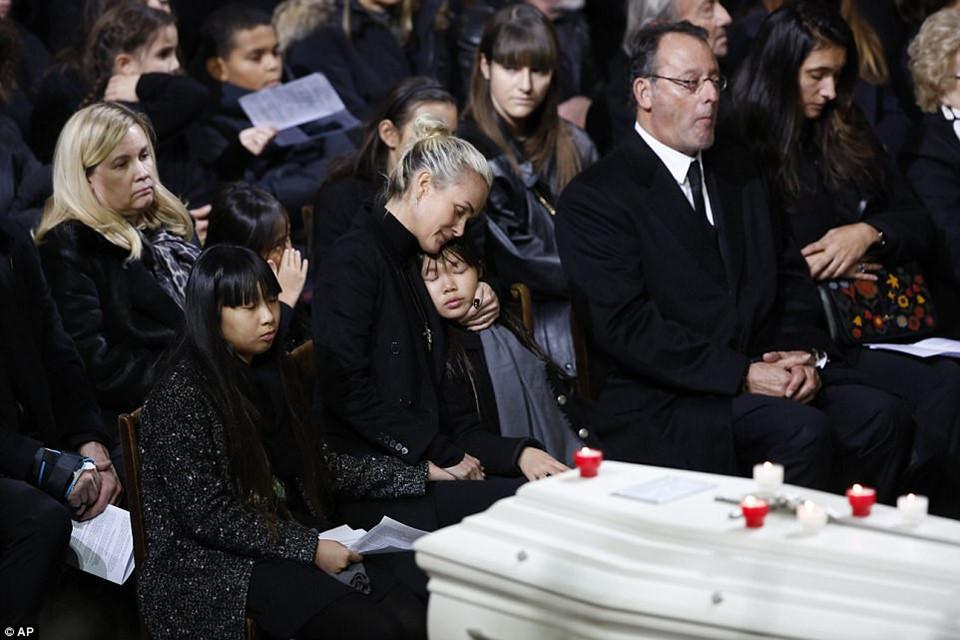 Hai con nuôi Việt Nam khóc ngất đưa tang huyền thoại nước Pháp