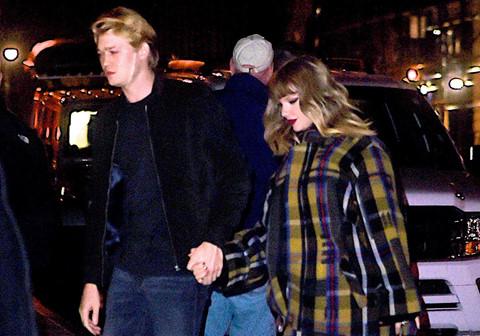 Taylor Swift lần đầu công khai nắm tay bạn trai kém 2 tuổi Joe Alwyn