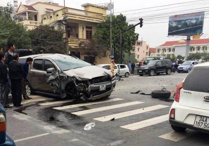 Ford Ranger lộn trên đường sau va chạm liên hoàn, một người tử vong