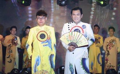 NTK Tommy Nguyễn trình diễn BST áo dài nam trong đêm vinh danh QUÝ ÔNG LỊCH LÃM