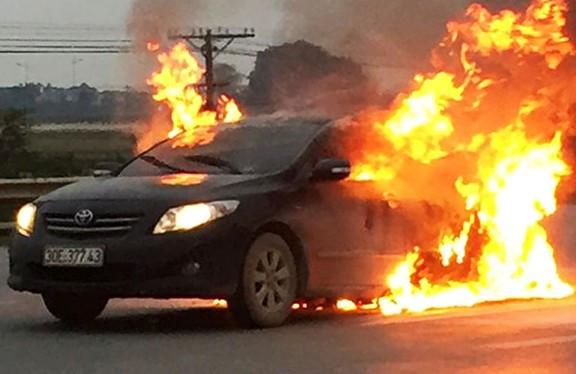 Xe Camry bốc cháy dữ dội trên quốc lộ
