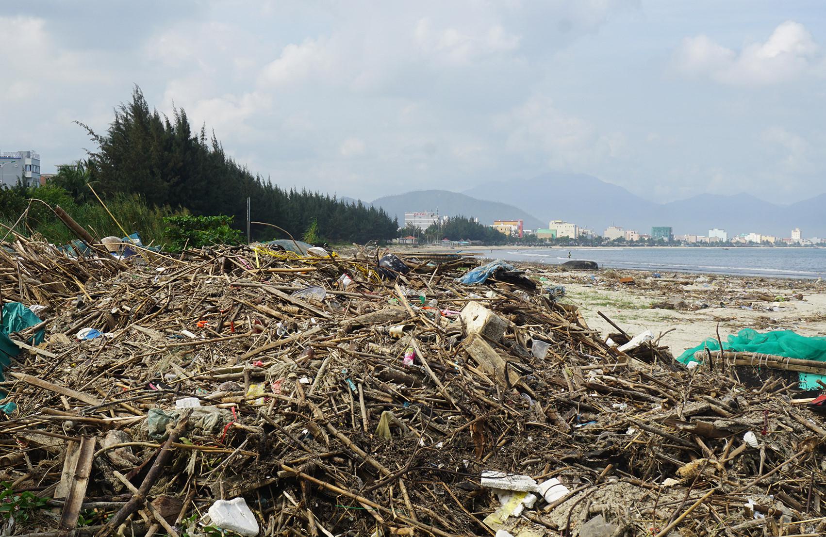 Gần 5 km bờ biển Đà Nẵng ngập trong rác