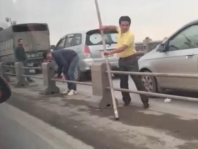 Lái ôtô đi sai làn trên cầu Thanh Trì, tài xế bị tước bằng 2 tháng
