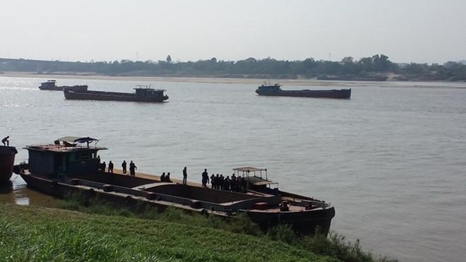 Hai tàu chở cát đâm nhau trên sông Hồng, một người tử vong