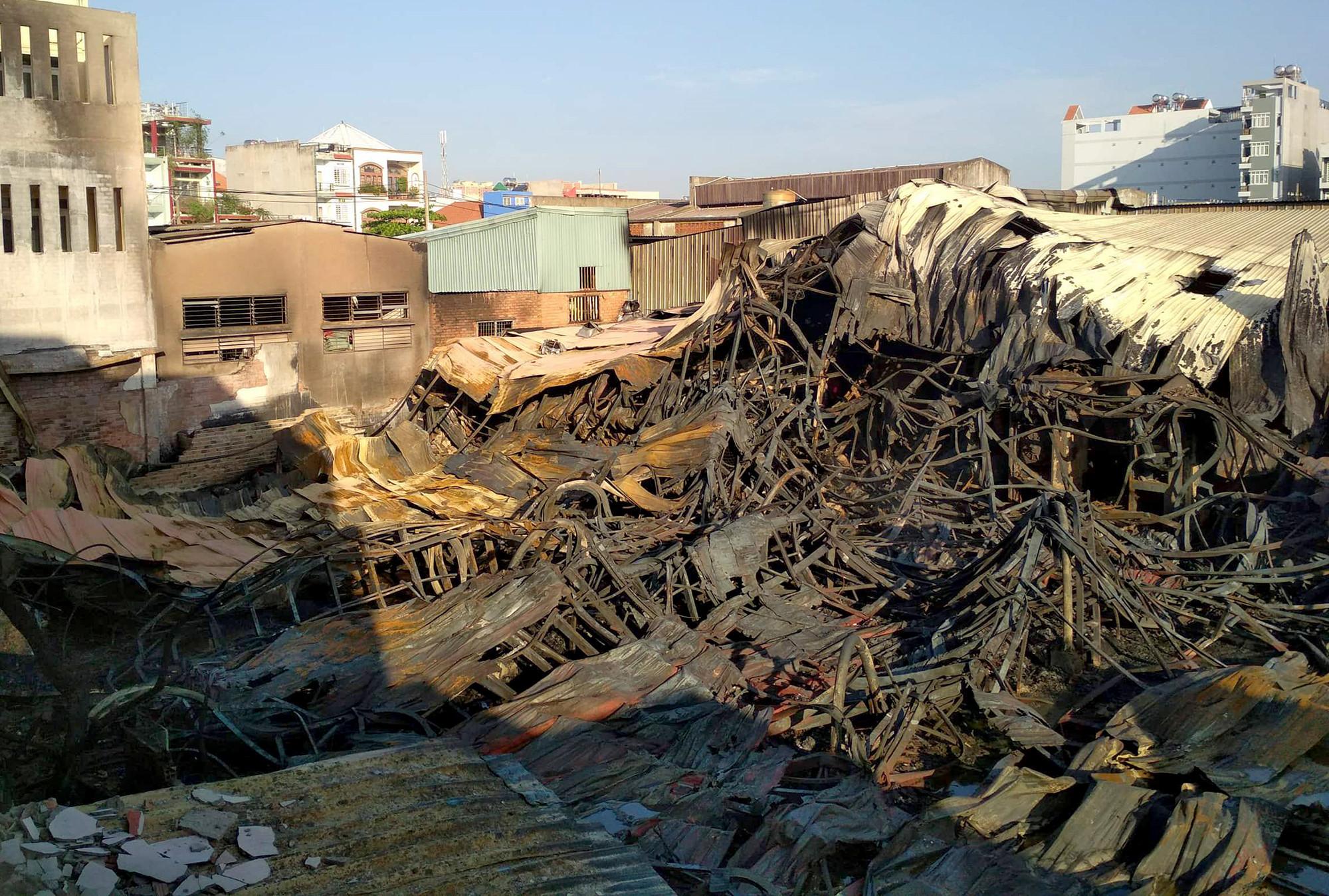 Hơn 1.500 m2 nhà xưởng tan hoang sau vụ cháy lớn ở Sài Gòn