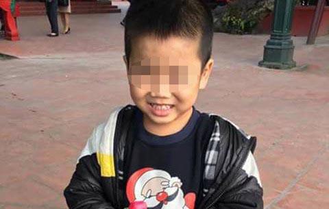 Tìm người thân bé trai bị lạc 2 ngày ở phủ Tây Hồ