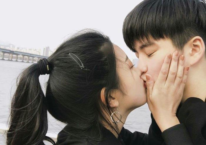 Chàng trai hôn kiểu Pháp dính rau muống khiến cô bạn gái nổi giận