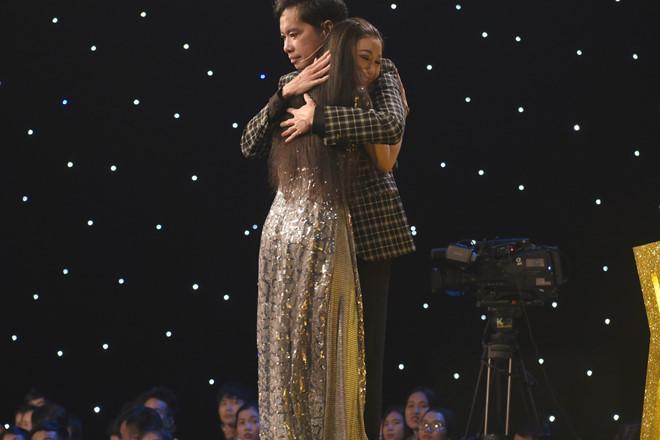 Ngọc Sơn rưng rưng nước mắt khi gặp lại Hà My trên sân khấu
