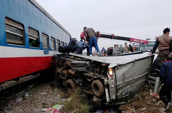 Tàu hỏa đâm biến dạng xe tải, tài xế trọng thương