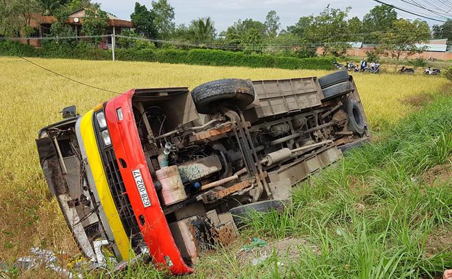 Xe buýt lao xuống ruộng, 1 người chết và 20 nạn nhân bị thương
