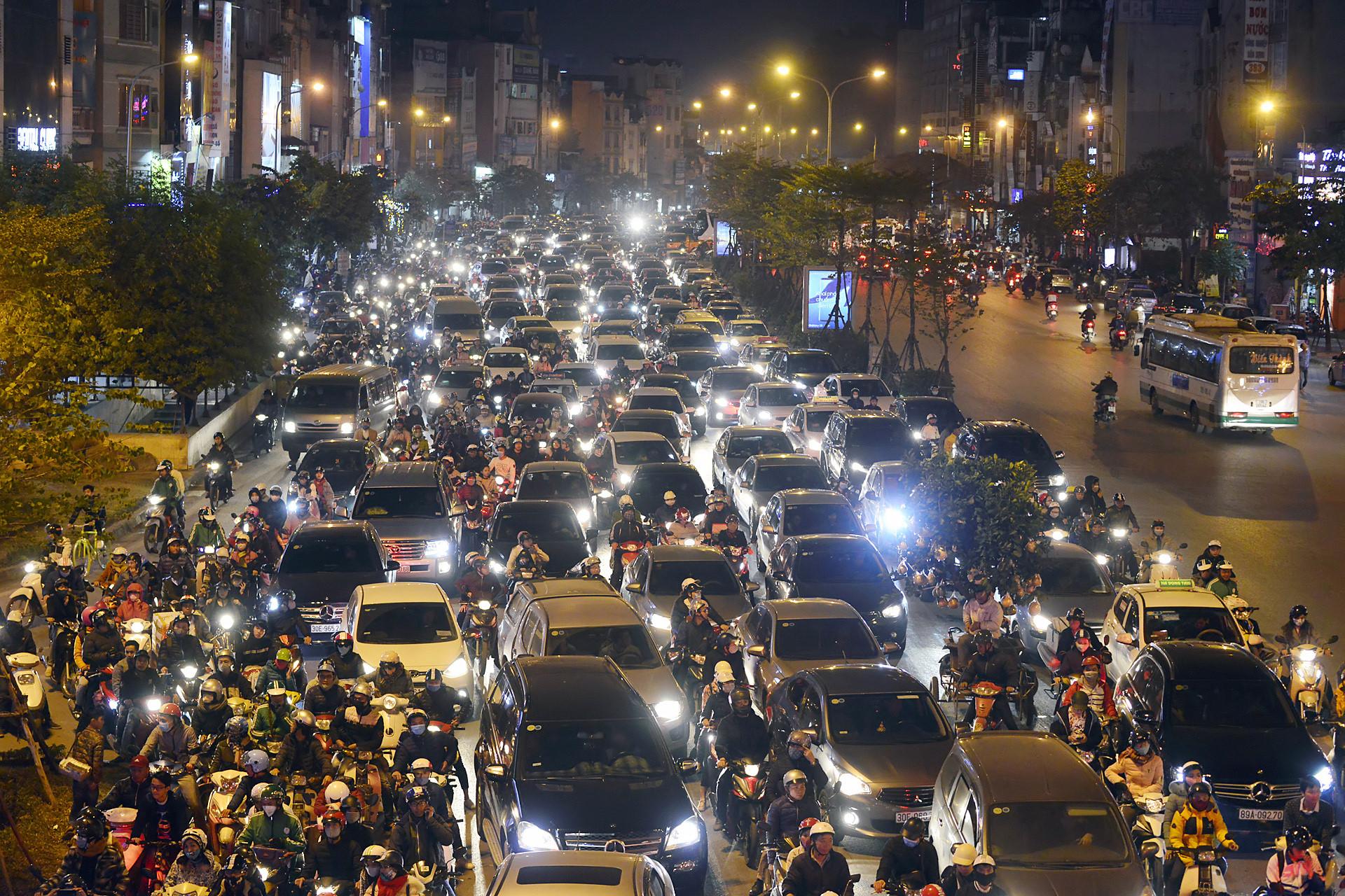 Các ngả đường Sài Gòn, Hà Nội kẹt cứng đêm Giáng sinh