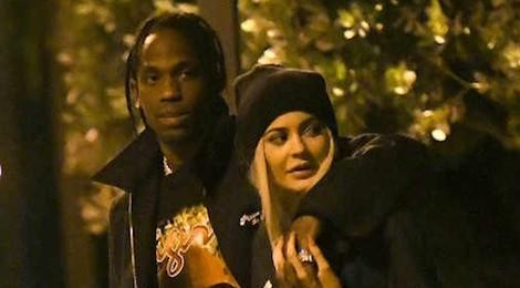 Kylie Jenner lo lắng bạn trai không chung thủy trong lúc cô mang bầu