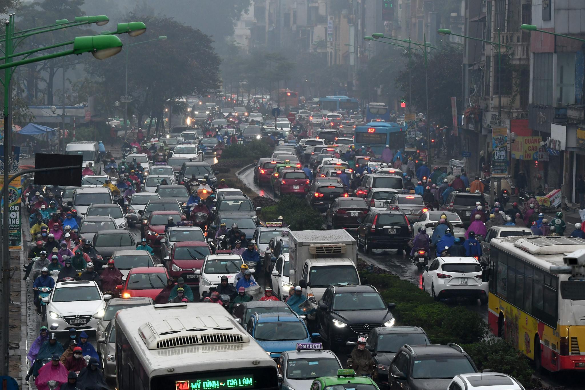 Ô tô, xe máy nhích từng mét trong mưa rét