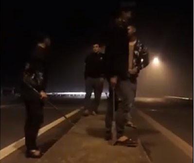 Nhóm thanh niên cầm kiếm chặn ôtô xin tiền, thách thức cảnh sát