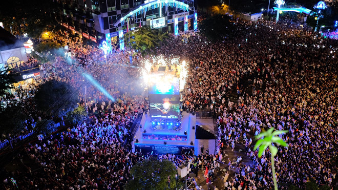 50.000 khán giả chen lấn, xô đẩy xem nhạc hội mừng năm mới