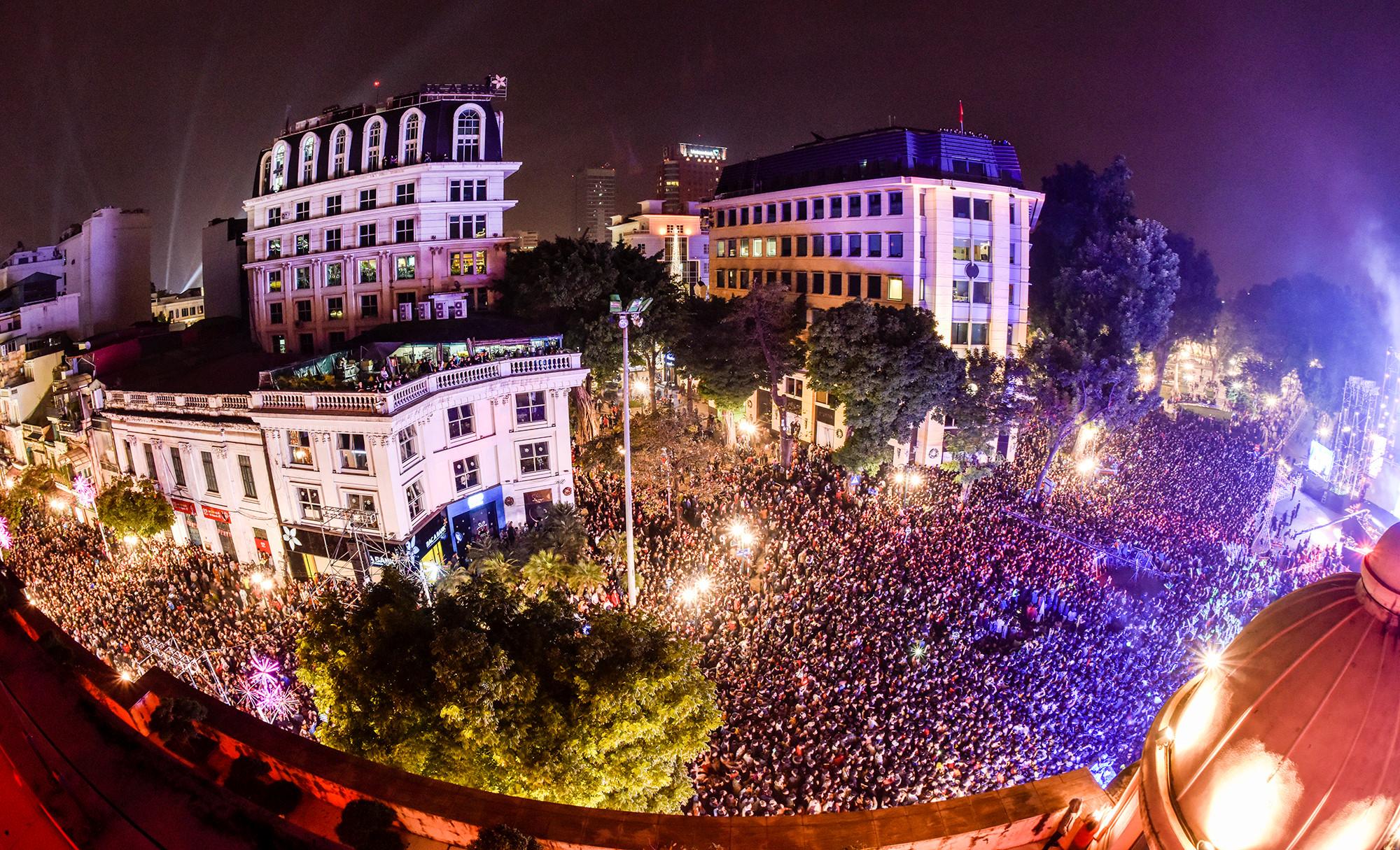 Cảnh người đông chưa từng thấy trong đêm đón năm mới