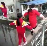 3 cô bé liều mạng đi trên bờ tường hẹp, cao gần 20 m