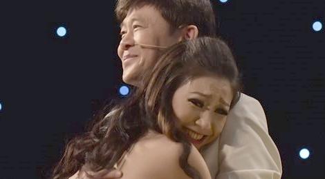 Danh ca Thái Châu và cháu gái Hà My xúc động ôm nhau trên sân khấu