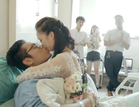 Cô gái mặc váy cưới, cầu hôn bạn trai cụt 2 chân bên giường bệnh
