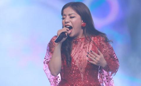 """""""Nàng thơ mới"""" của Phú Quang thiếu tinh tế và quá nức nở trên sân khấu"""
