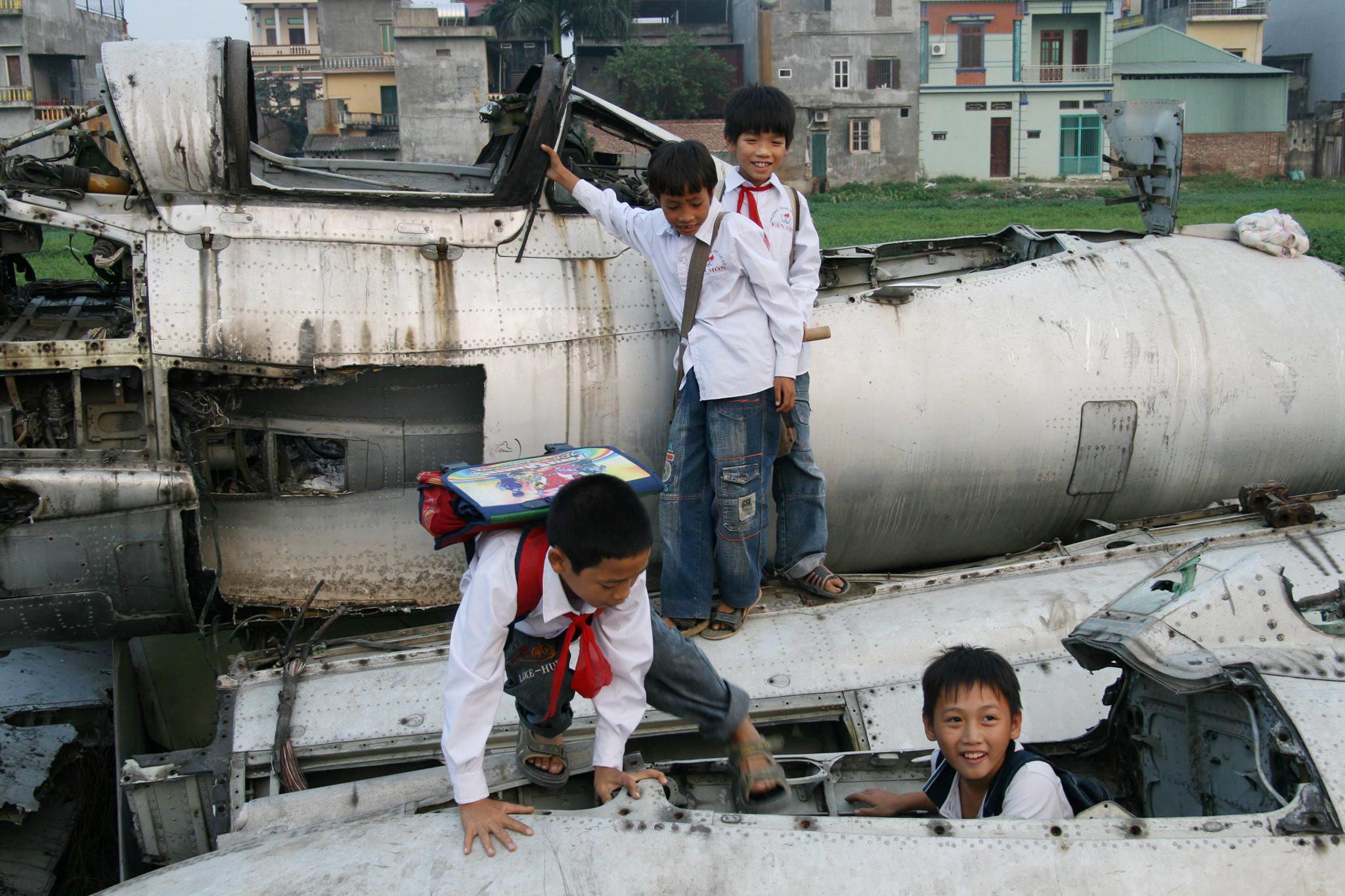 Phía sau vụ nổ chấn động ngôi làng chuyên 'mổ' xác máy bay