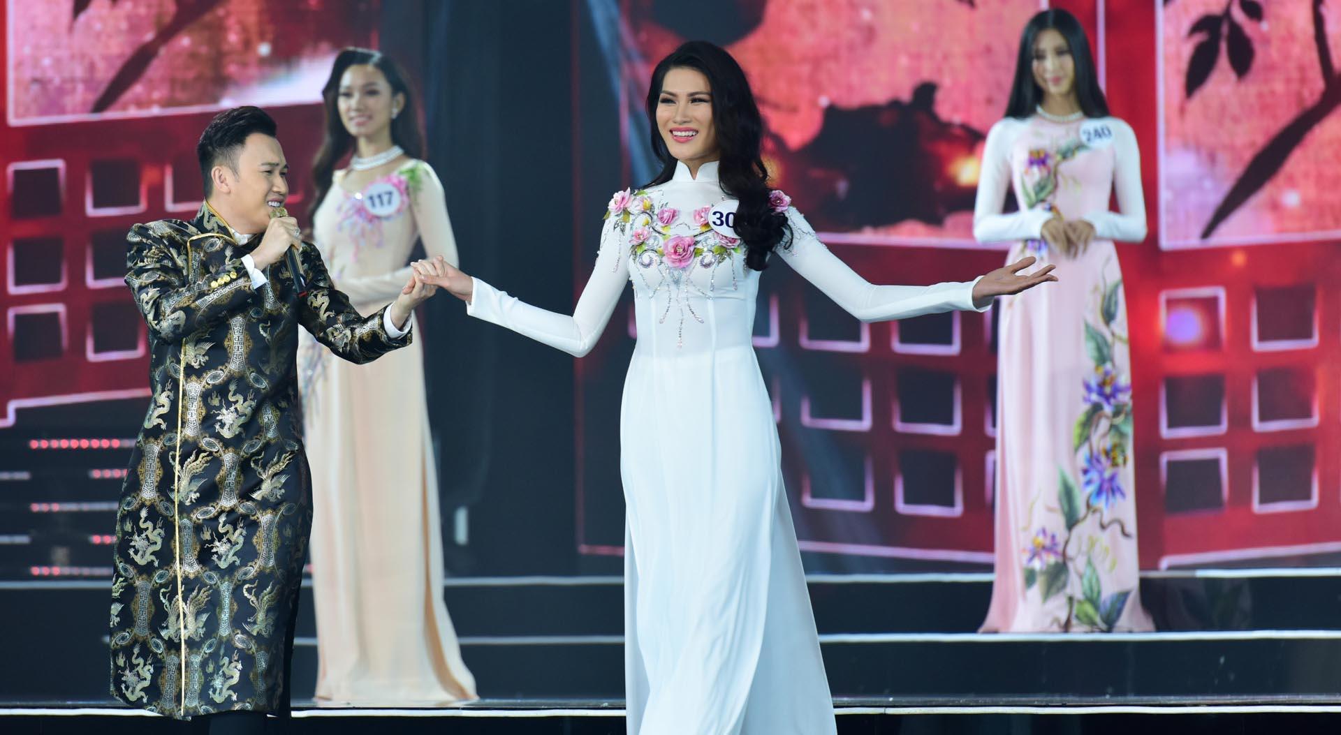 Phần trình diễn áo dài của thí sinh Hoa hậu Hoàn vũ