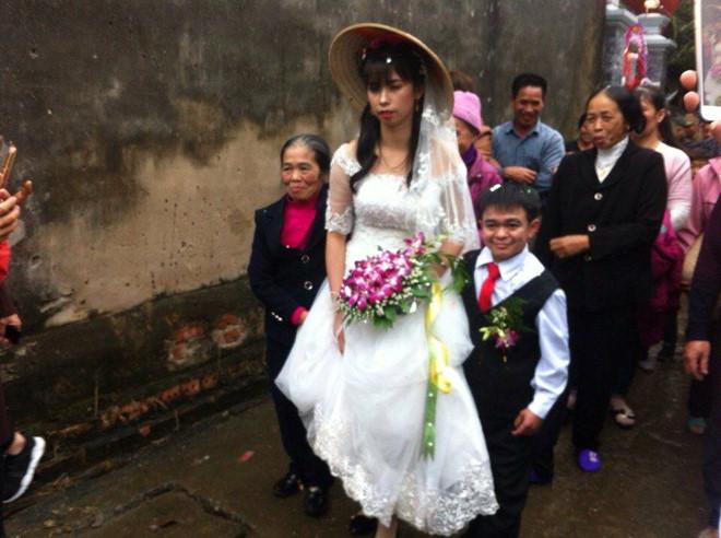 Chú rể thấp hơn cô dâu 70 cm trong đám cưới ở Hà Nam