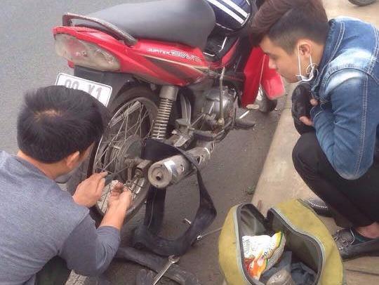 Chàng trai cảm động vì được sửa xe miễn phí trên cầu Nhật Tân