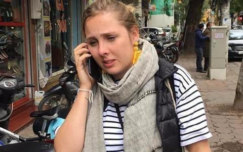 Dân mạng kêu gọi giúp đỡ khách Tây mất vali khi vừa tới Hà Nội