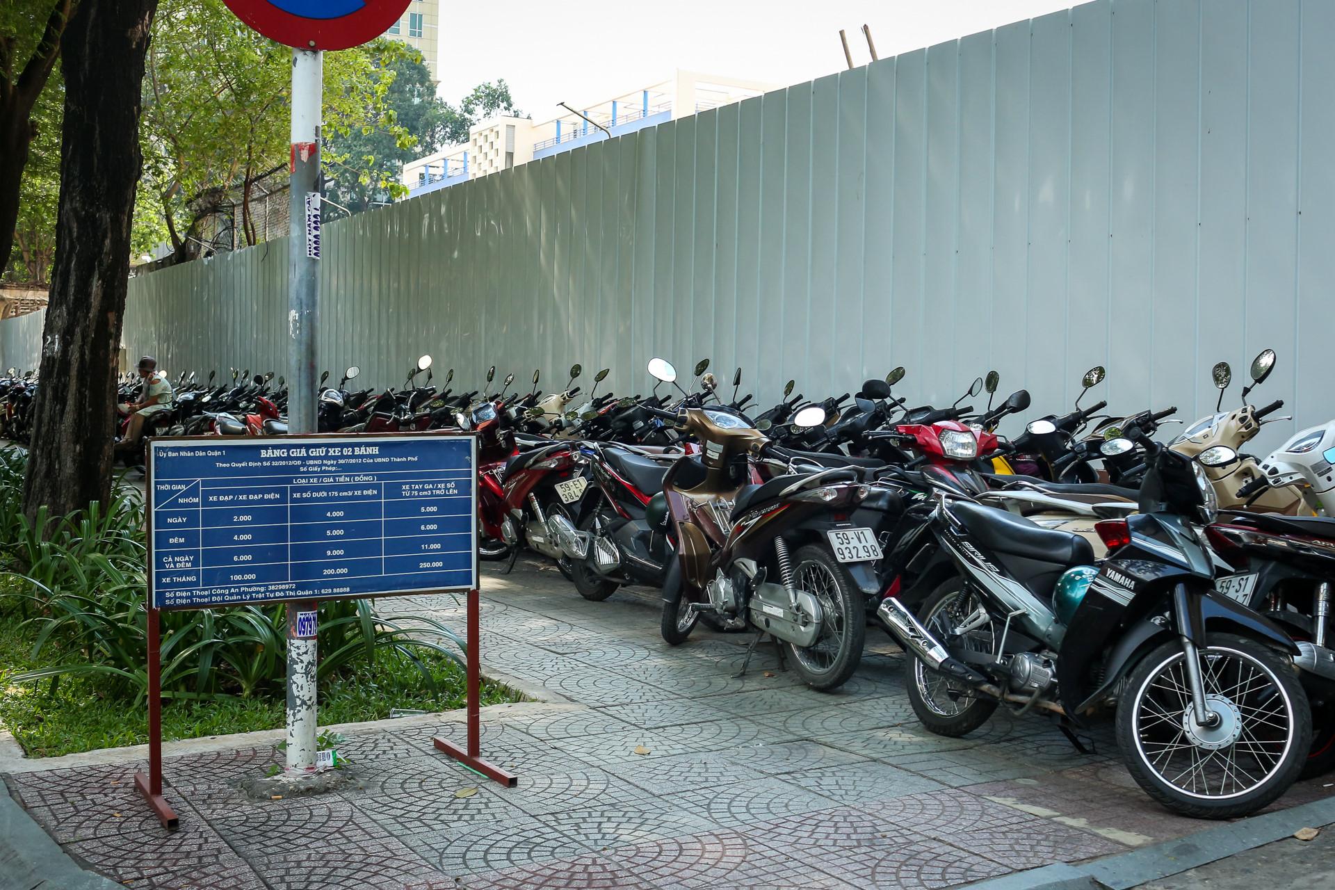Những bãi giữ xe đứng tên cơ quan Nhà nước ở vỉa hè quận 1