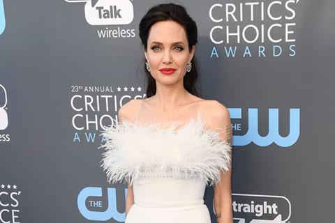 Angelina Jolie vào nhóm sao đẹp nhất thảm xanh Critics' Choice Awards