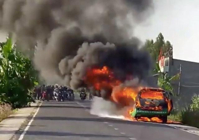 Taxi bốc cháy dữ dội, 3 người thoát chết