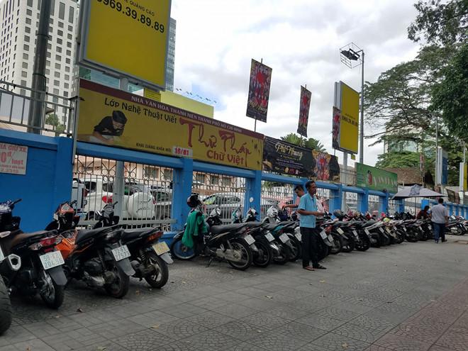 Dẹp bãi giữ xe vỉa hè, người Sài Gòn mở dịch vụ giữ xe trong nhà
