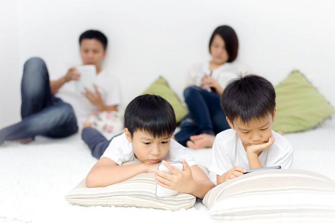 Nhiều đàn ông Việt dành thời gian cho smartphone hơn bên nửa kia