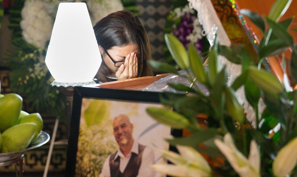 """Bạn gái khóc nức nở trong lễ tang đạo diễn """"Yêu đi đừng sợ"""""""